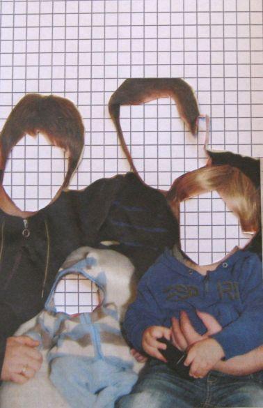Fotografie von vier Personen (zwei Erwachsene, zwei Kinder) auf weißem Karopapier-Hintergrund, deren Gesichter entfernt und durch weißes kariertes Papier ersetzt sind.